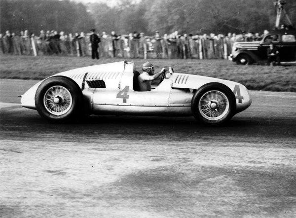 Donington Park, Great Britain.22 October 1938.Tazio Nuvolari (Auto Union D-typ), 1st position.Ref-Autocar C16139.World Copyright - LAT Photographic