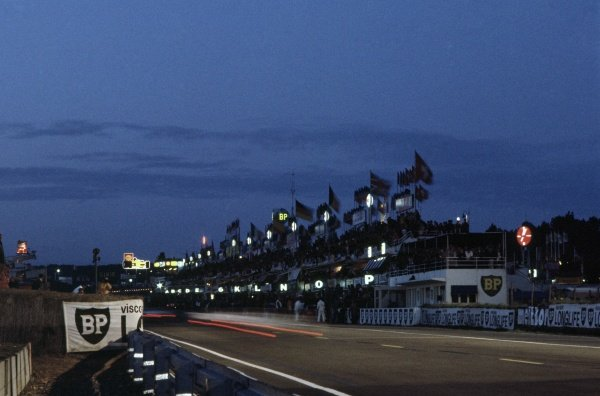 1968 Le Mans 24 hours. Le Mans, France. 28-29 September 1968. The pits at night. World Copyright: LAT Photographic Ref: 68LM26