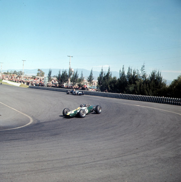 Mexico City, Mexico. 22-24 October 1965. Jim Clark (Lotus 33 Climax), action.  Ref-3/1874. World Copyright - LAT Photographic