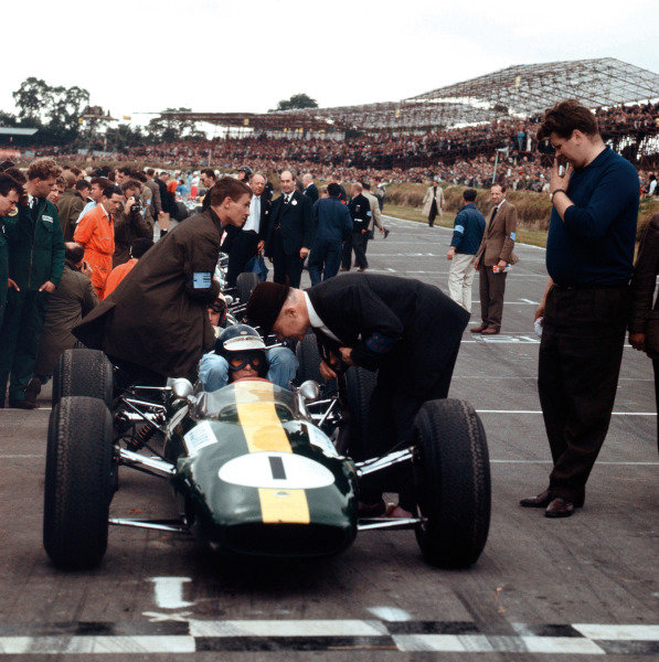 Brands Hatch, England. 11th July 1964. Rd 5.  Jim Clark, Lotus 25-Climax, 1st position, on the grid.  Ref: 1332. World Copyright: LAT Photographic