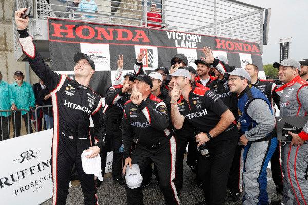 Josef Newgarden, Team Penske Chevrolet, podium, selfie