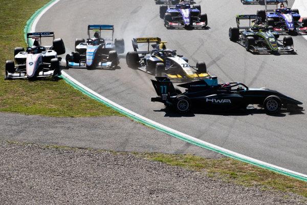Jake Hughes (GBR, HWA RACELAB) and Ye Yifei (CHI, Hitech Grand Prix)