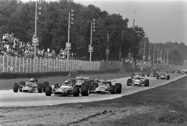 Jackie Stewart, Matra MS80 Ford, leads Jochen Rindt, Lotus 49B Ford, Bruce McLaren, McLaren M7C Ford, Jo Siffert, Lotus 49B Ford, Piers Courage, Brabham BT26A Ford, Jean-Pierre Beltoise, Matra MS80 Ford, Denny Hulme, McLaren M7A Ford, and the rest of the pack.