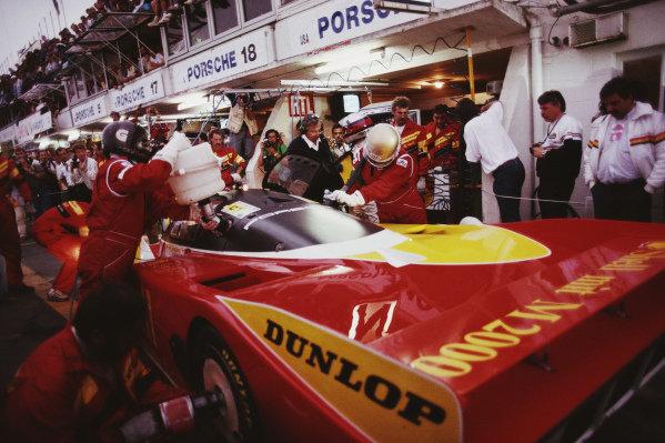 Bob Wollek / Vern Schuppan / Sarel van der Merwe, Porsche AG, Porsche 962 C, pit stop.