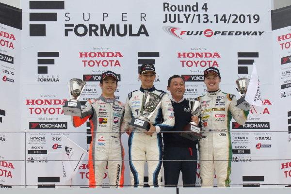 Winner Alex Palou, TCS NAKAJIMA RACING Dallara SF19 Honda, celebrates with team boss Satoru Nakajima on the podium. They are joined by Sho Tsuboi JMS P.MU/CERUMO・INGING Dallara SF19 Toyota, 2nd position, and Nick Cassidy VANTELIN TEAM TOM'S, Dallara SF19 Toyota, 3rd position