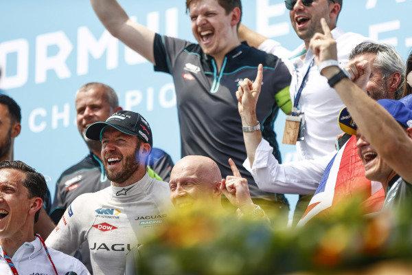 Sam Bird (GBR), Jaguar Racing, 1st position, and the Jaguar Racing team celebrate on the podium