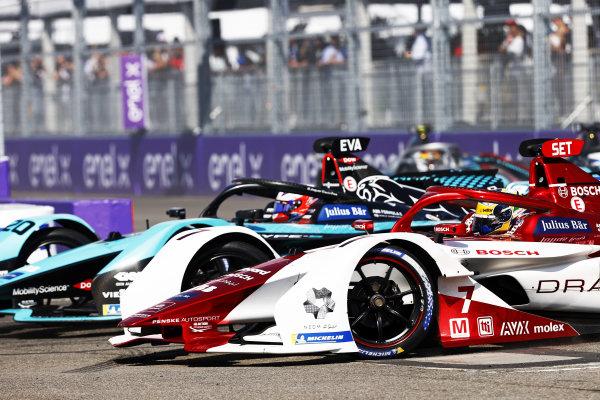 Mitch Evans (NZL), Jaguar Racing, Jaguar I-TYPE 5, battles with Sergio Sette Camara (BRA), Dragon Penske Autosport, Penske EV-5