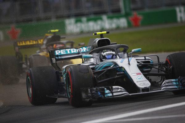 Valtteri Bottas, Mercedes AMG F1 W09, runs off the road while lapping Carlos Sainz Jr., Renault Sport F1 Team R.S. 18.
