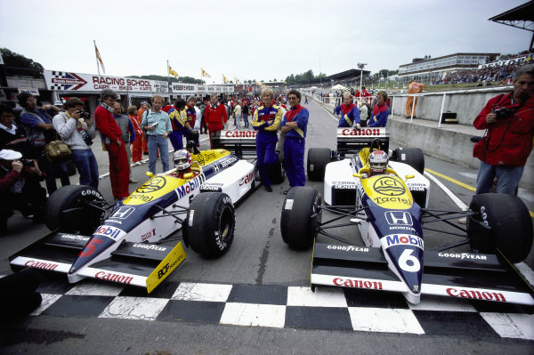 Nigel Mansell and Nelson Piquet, Williams FW11 Honda, wait in the pits.