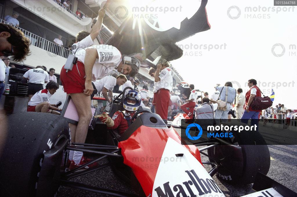 Keke Rosberg, McLaren MP4-2C TAG, in the pits with Steve Nichols.