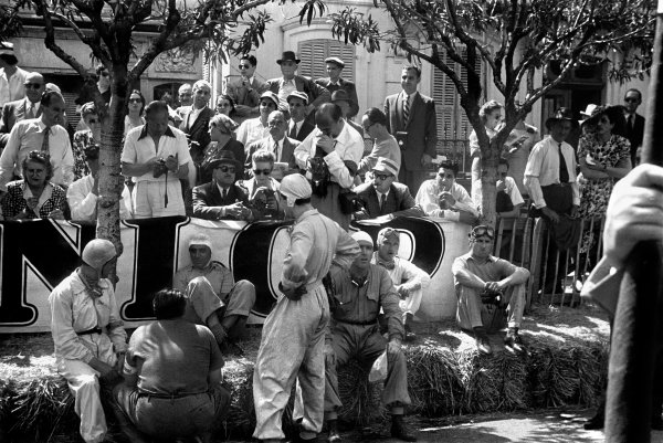 1948 Monaco Grand Prix.Monte Carlo, Monaco. 16 May 1948.Drivers take shade from the sun before the start of the race, portrait.World Copyright: LAT PhotographicRef: L379 # 24