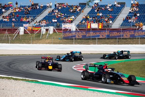 Leonardo Pulcini (ITA, Hitech Grand Prix) and Liam Lawson (NZL, MP Motorsport)