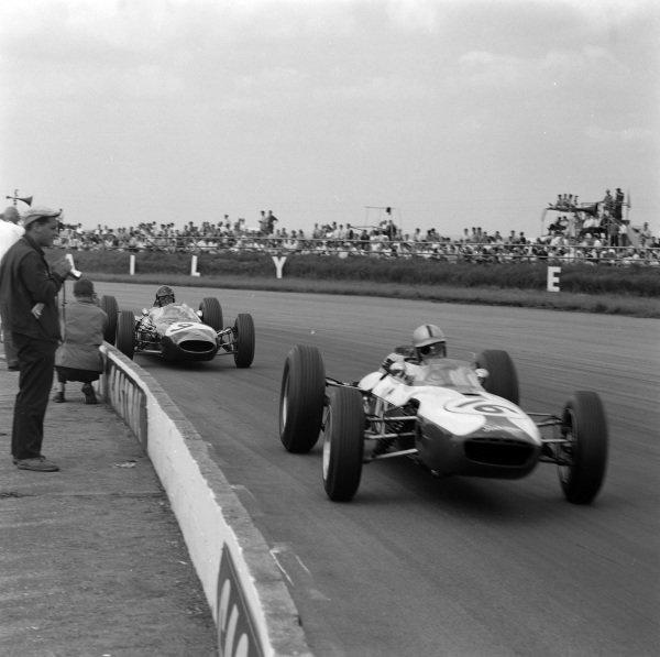 Ian Burgess, Scirocco BRM, leads Dan Gurney, Brabham BT7 Climax.