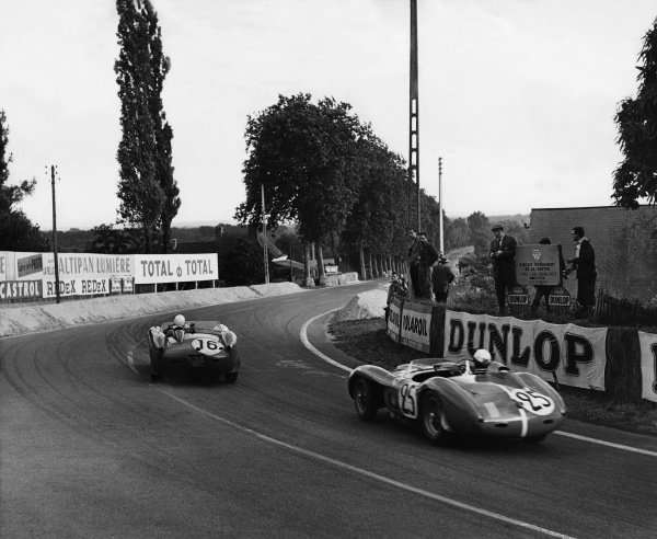 Le Mans, France. 21st - 22nd June 1958 Wolfgang von Trips/Wolfgang Seidel (Ferrari 250 TR), retired leads Pedro Rodriguez/Jose Behra (Ferrari 500 TR), retired, action. World Copyright: LAT Photographic Ref: Autocar Used Pic 27th June 1958 Pg 962.