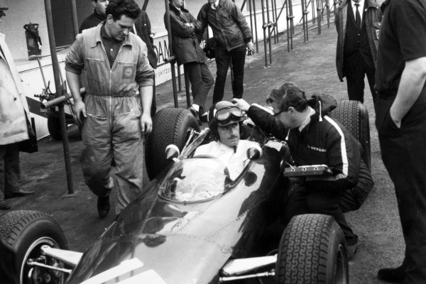 1966 French Grand Prix.Reims, France. 3 July 1966.Graham Hill, BRM P261, retired, in the pits.World Copyright: LAT Photographic