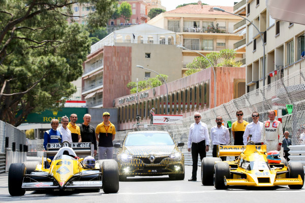 Monte Carlo, Monaco. Friday 26 May 2017. Aain Prost, Cyril Abiteboul, Nico Hulkenberg, Jolyon Palmer and Jean-Pierre Jabouille pose for a picture with the Renault RS01 and RE40 F1 cars. World Copyright: Charles Coates/LAT Images ref: Digital Image DJ5R7693