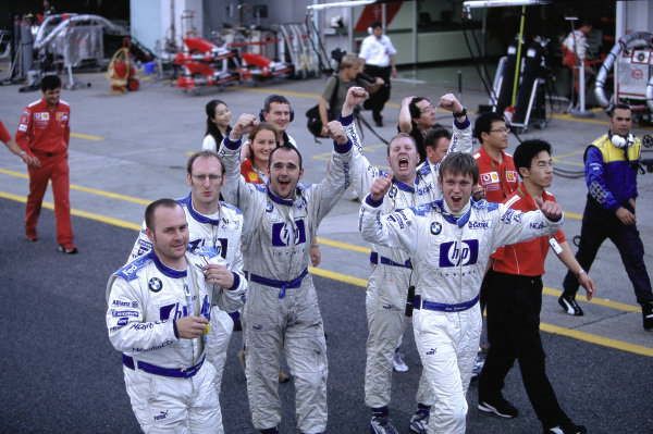 BMW Williams mechanics celebrate 2nd position in the race.