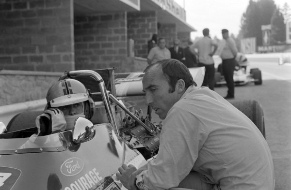 Frank Williams talks with Piers Courage, De Tomaso 308 Ford in the pit lane.