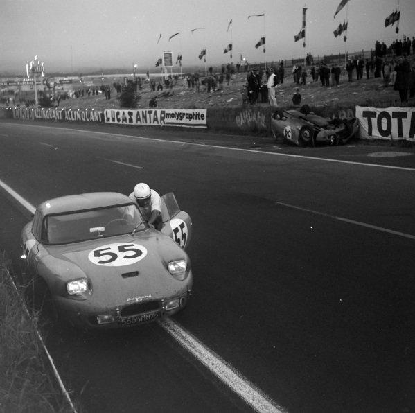 Guy Verrier / Bernard Boyer, Panhard & Levassor, C.D. - Panhard Dyna, pushes the car past the totalled car of Pierre Lelong / Jean-Pierre Hanrioud, Panhard & Levassor, C.D. - Panhard Dyna Coupé.