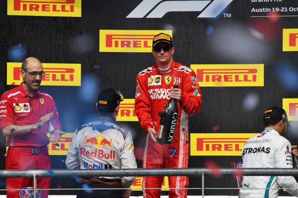 (L až R): Max Verstappen, Red Bull Racing, Carlo Santi, Ferrari Race Engineer, víťaz závodov Kimi Raikkonen, Ferrari a Lewis Hamilton, Mercedes AMG F1 oslavujú na pódiu so šampanským