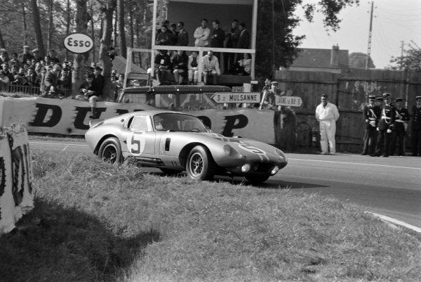 Bob Bondurant / Dan Gurney, Shelby American, AC Cobra Daytona-Ford.