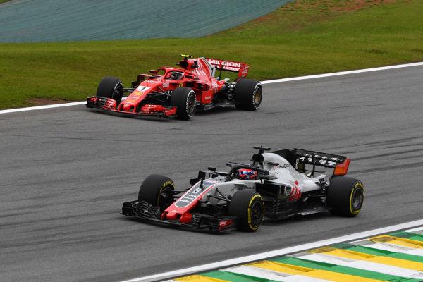 Kimi Raikkonen, Ferrari SF71H a Romain Grosjean, Haas F1 Team VF-18