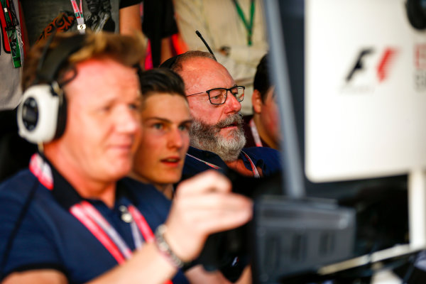 Yas Marina Circuit, Abu Dhabi, United Arab Emirates. Sunday 26 November 2017. Gordon Ramsay and Liam Cunningham try the E-Sports simulators. World Copyright: Andy Hone/LAT Images  ref: Digital Image _ONY3260