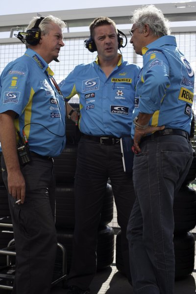 2006 Japanese Grand Prix - Saturday Qualifying Suzuka, Japan. 5th - 8th October 2006 Pat Symonds, Rod Nelson and Flavio Briatore, discuss qualifying for the two Renault's, portrait. World Copyright: Charles Coates/LAT Photographic. ref: Digital Image ZK5Y6823