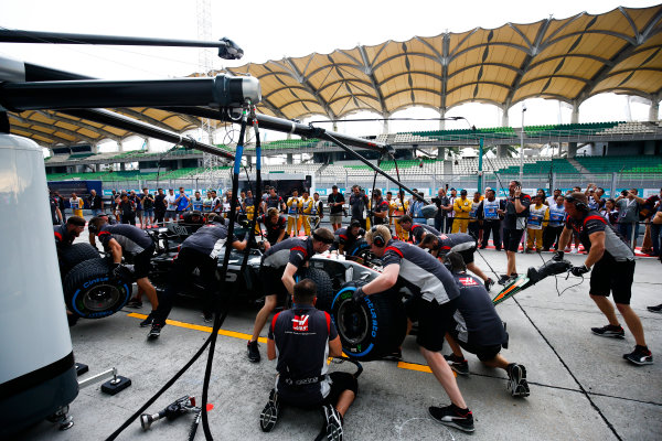 Sepang International Circuit, Sepang, Malaysia. Thursday 28 September 2017. Practice pit stop with the Haas VF-17 Ferrari. World Copyright: Andy Hone/LAT Images  ref: Digital Image _ONZ8779