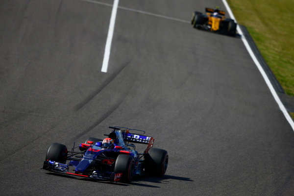 Suzuka Circuit, Japan. Sunday 8 October 2017. Pierre Gasly, Toro Roso STR12 Renault, leads Jolyon Palmer, Renault R.S.17.  World Copyright: Andrew Hone/LAT Images  ref: Digital Image _ONZ4193