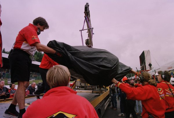 1998 Belgian Grand Prix.Spa-Francorchamps, Belgium. 28-30 August 1998.The wreckage of Jacques Villeneuve's Williams FW20 Mecachrome is bought back to the pits after his crash during practice.World Copyright - Steve Etherington/LAT Photographic