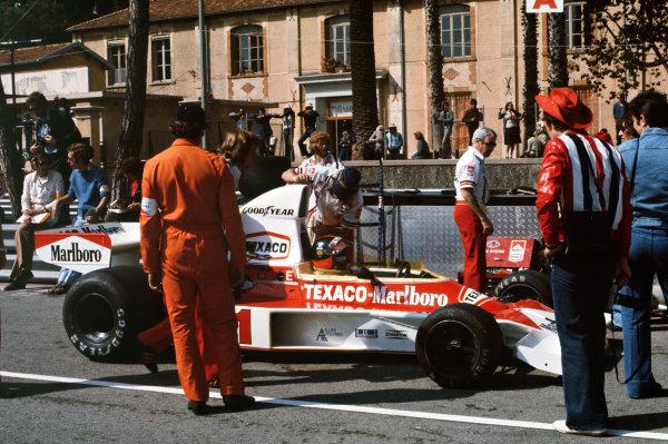 1975 Monaco Grand Prix  Monte Carlo, Monaco. 8-11th May 1975.  Emerson Fittipaldi, McLaren M23 Ford, in the pits.  Ref: 75MON11. World copyright: LAT Photographic