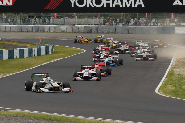 2017 Japanese Super Formula. Okayama, Japan. 27th - 28th May 2017. Rd 2. Race 1 Start of the race action World Copyright: Yasushi Ishihara / LAT Images. Ref: 2017SF_Rd2_Race1_002