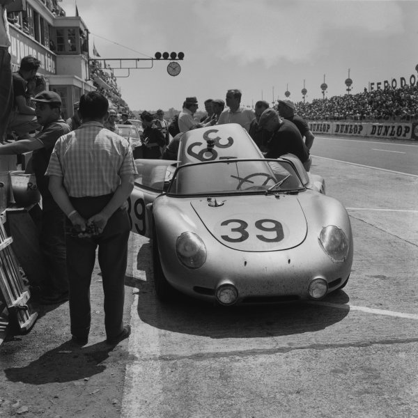 Le Mans, France. 25th - 26th June 1960,Edgar Barth/Wolfgang Seidel (Porsche RS60), 11th position, in the pits, action. World Copyright: LAT Photographic.Ref: 6677.