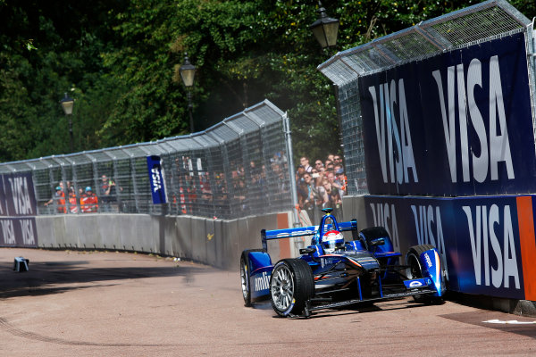 2014/2015 FIA Formula E Championship. London ePrix, Battersea Park, London, United Kingdom. Sunday 28 June 2015 Sakon Yamamoto (JPN)/Amlin Aguri - Spark-Renault SRT_01E crashes into the wall. Photo: Zak Mauger/LAT/Formula E ref: Digital Image _L0U0722