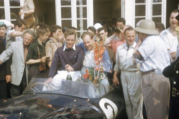 1957 Le Mans 24 hours. Le Mans, France. 22-23 June 1957. Ivor Bueb/Ron Flockhart (Ecurie Ecosse Jaguar D-type), 1st position. World Copyright: LAT Photographic Ref: 57LM21