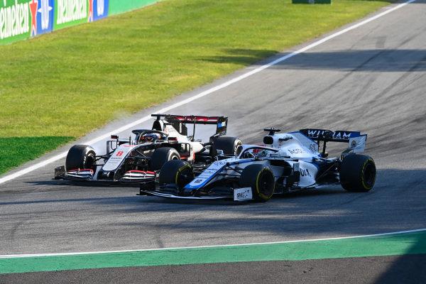 George Russell, Williams FW43 overtakes Romain Grosjean, Haas VF-20 as he locks up
