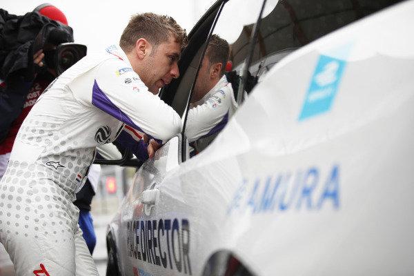 Robin Frijns (NLD), Envision Virgin Racing, Audi e-tron FE05, talks to the race director