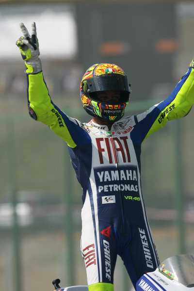 Brno, Czech Republic. 14th - 16th August.Valentino Rossi Fiat Yamaha Team salutes his fans after his win.World Copyright: Martin Heath/LAT Photographic ref: Digital Image SE5K3898