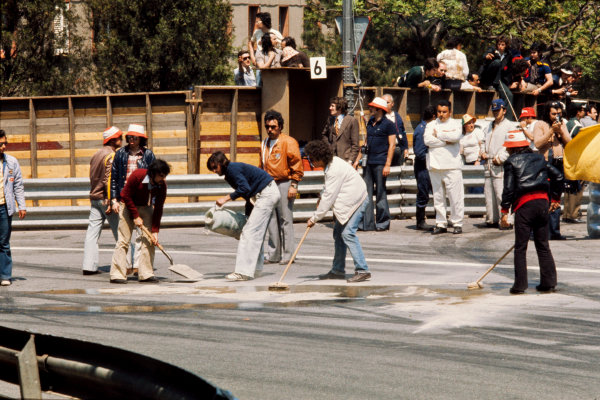1975 Spanish Grand Prix.  Montjuich Park, Barcelona, Spain. 25-27th April 1975.  Course workers pour cement dust on to an oil spill.  Ref: 75ESP21. World Copyright: LAT Photographic