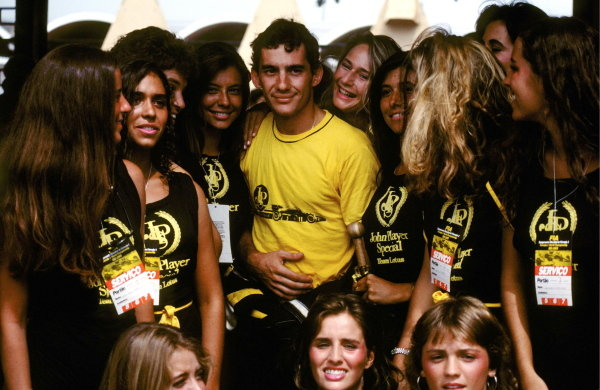 Lotus commemorates their new partnership with Ayrton Senna (BRA) by surrounding him with a bevy of Brazilian beauties. Brazilian Grand Prix, Rio de Janeiro, 7 April 1985.