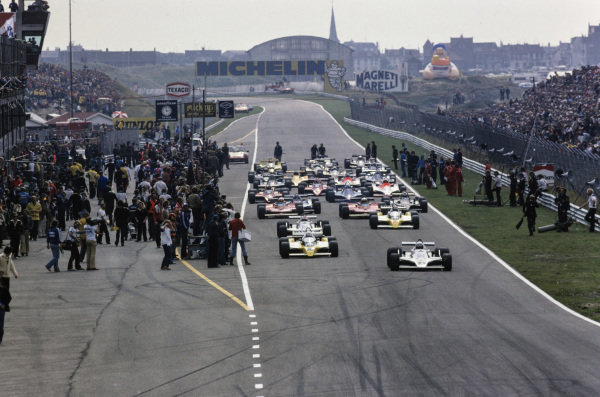 Alan Jones, Williams FW07 Ford leads the field for the formation lap.
