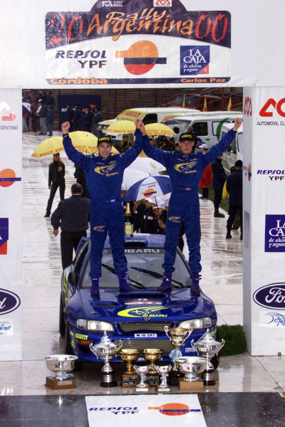 Richard Burns (R) & Robert Reid celebrate victory in the Argentina Rally 2000.Photo:McKlein/LAT