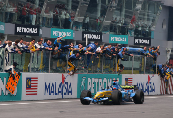2005 Malaysian Grand Prix - Sunday Race, Sepang, Kuala Lumpur. Malaysia. 20th March 2005 Race winner Fernando Alonso, Renault R25 (1st) crosses the finish line to the cheers of the RenaultF1 team.World Copyright: Steve Etherington/LAT Photographic ref: 48mb Hi Res Digital Image Only