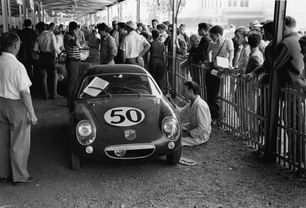 Le Mans, France. 25th - 26th June 1960 Paul Condrillier/Jean Guichet (Abarth 850S Fiat), retired, in scrutineering before the race, action. World Copyright: LAT Photographic Ref:  8691M - 22A.