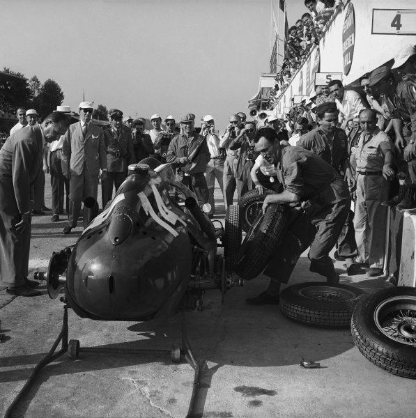 Monza, Italy. 5th - 7th September 1958. Mike Hawthorn (Ferrari Dino 246), 2nd position, pit stop in which both rear tyres were changed, action.  World Copyright: LAT Photographic. Ref:  2461.