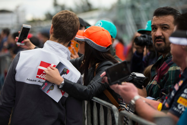 Autodromo Hermanos Rodriguez, Mexico City, Mexico. Thursday 27 October 2016. Romain Grosjean, Haas F1, poses for a picture with fans. World Copyright: Andrew Hone/LAT Photographic ref: Digital Image _ONY9451
