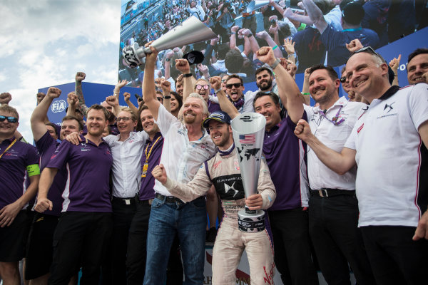 2016/2017 FIA Formula E Championship. Round 9 - New York City ePrix, Brooklyn, New York, USA. Saturday 15 July 2017. Sir Richard Branson and Sam Bird (GBR), DS Virgin Racing, Spark-Citroen, Virgin DSV-02, celerate with the team. Photo: Andrew Ferraro/LAT/Formula E ref: Digital Image _FER8733