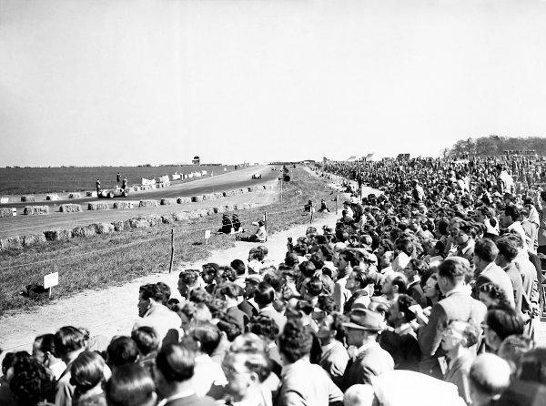 1950 British Grand Prix.Silverstone, Great Britain. 13th May 1950.Crowd scenes.World Copyright: LAT Photographicref: B&W Print