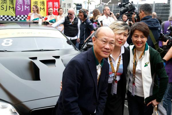 2015 FIA GT World Cup Circuit de Guia, Macau, China Sunday 19 November 2017. Cao Fei at the car of Augusto Farfus, BMW Team Schnitzer, BMW M6 GT3  World Copyright: Alexander Trienitz/LAT Images ref: Digital Image 2017-Macau-GP-AT2-4019